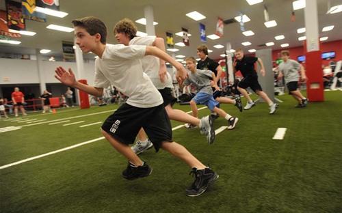 """综合培训  济宁体育中心体育项目培训在教学实践中植入国际先进的教育理念,对传统体育项目的教学方式进行""""改良""""。可针对青少年、成人等不同人群进行培训,设有各类普及和专业提高班,培训课程涵盖游泳、篮球、乒乓球、羽毛球、橄榄球、跆拳道、航模、体适能、瑜伽、体育舞蹈等多项运动。培训师资力量强大,与国家级专业团队合作,打造鲁西南最具规模及专业的运动主题综合培训基地。"""